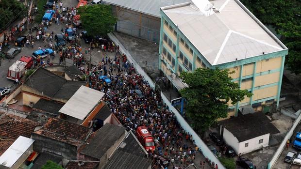 Imagem aérea da aglomeração na entrada da Escola Municipal  Tasso da Silveira, em Realengo, Zona Oeste do Rio (Foto: Reprodução/TV  Globo)