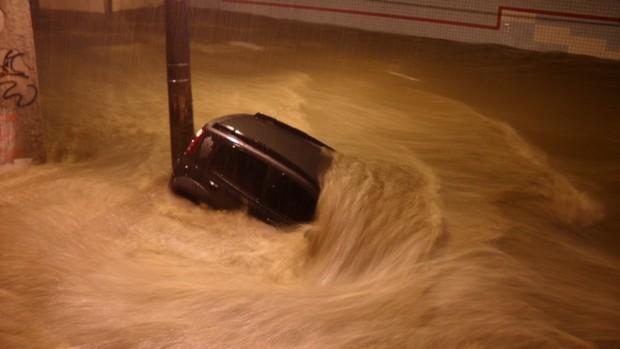 Ruas da Praça da Bandeira, zona norte do Rio, completamente debaixo d'água.  (Foto: Vinicius da Silva Ferreira/VC no G1)