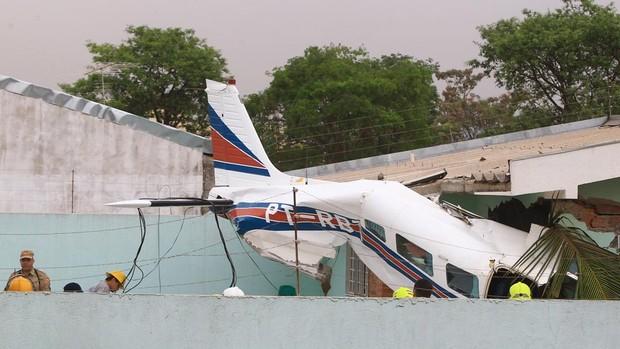 Avião monomotor cai em quintal de casa. (Foto: Wildes Barbosa)