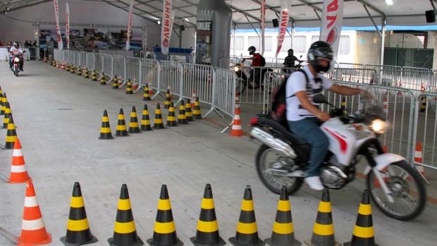 Além de ver, motociclista pode andar com motos no salão (Rafael Miotto/ G1)