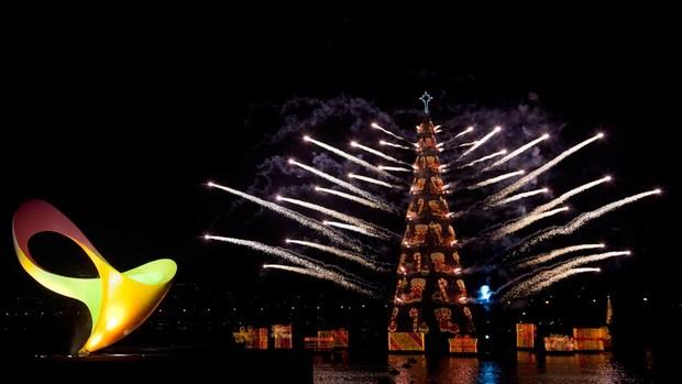 Inauguração da Árvore de Natal da Lagoa com o logomarca dos Jogos Paraolímpicos (Foto: Felipe Dana/AP)