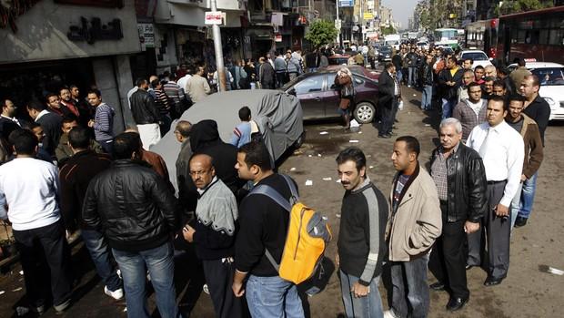 Votantes fazem fila no bairro de Shubra, no Cairo (Foto: Goran Tomasevic/Reuters)