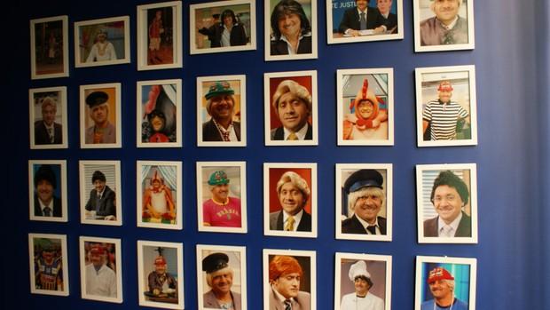 Uma das paredes do gabinete é forrada de fotos do deputado (Foto: Vianey Bentes / TV Globo)