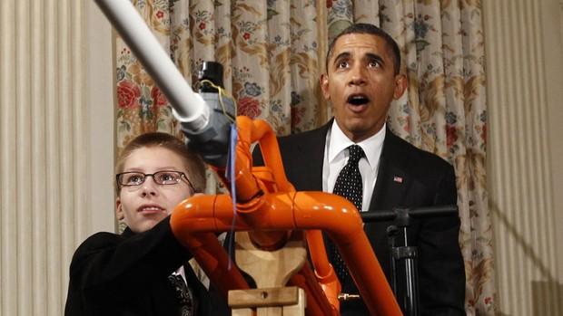 O presidente Barack Obama se surpreende com o disparo do canhão de marshmallows construído por Joey Hudy, um estudante de Phoenix, no Arizona. Obama recebeu jovens vencedores de prêmios de ciência e tecnologia na 2ª Feira de Ciência da Casa Branca. (Foto: Kevin Lamarque/Reuters)