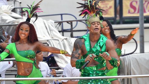 Léo Santana, vestido de Cacique, agita a galera no circuito Osmar, em Salvador, neste doming (19). famosos* (Foto: Eduardo Freire / G1)