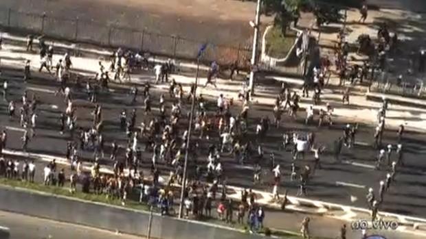 Torcedores da Gaviões da Fiel saíram da arquibancada caminham pela Marginal Tietê, que foi interditada pela Polícia. (Foto: Reprodução/TV Globo)