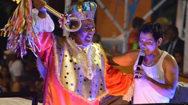 Pablo recebe rei momo em seu trio no circuito Campo Grande. (Foto: Eduardo Freire/G1)