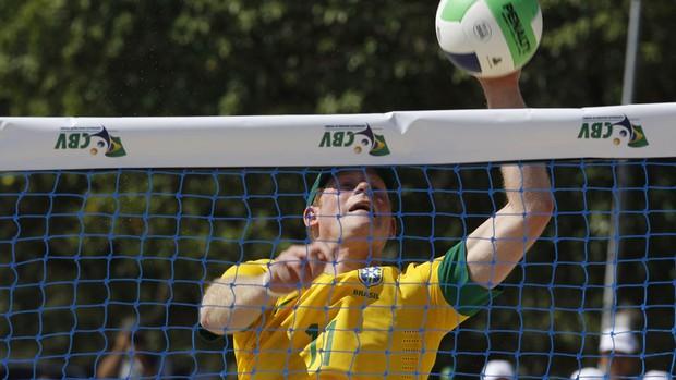 Príncipe jogou vôlei na praia coma camisa da seleção brasileira