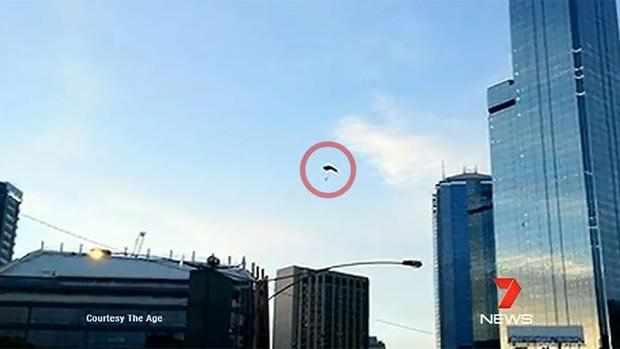 Um dos 'base jumpers' foi flagrado por um passante durante salto não autorizado em Melbourne (Foto: Reprodução/Channel 7)