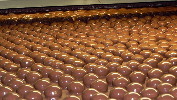 Da fábrica até chegar às lojas, o chocolate passa por vários processos (Foto: Amanda Monteiro/ G1 ES)