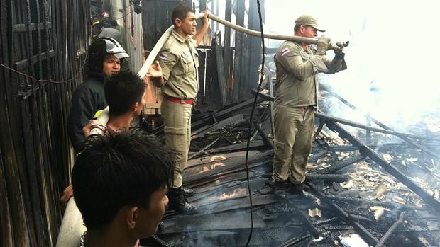 Bombeiros durante trabalho de combate ao incêndio (Foto: Carlos Eduardo Matos/G1 AM)