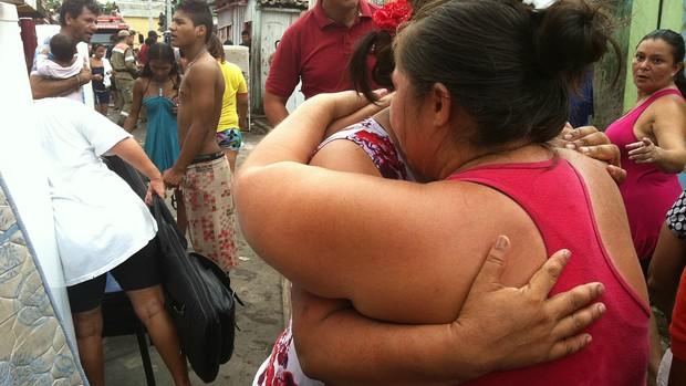 Moradoras se abraçam em meio ao drama (Foto: Carlos Eduardo Matos/G1 AM)