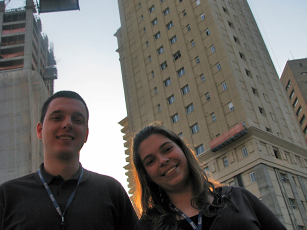 Os noivos Karina Ramos e Adriano Kmita se conheceram em uma obra da construtora para a qual trabalham