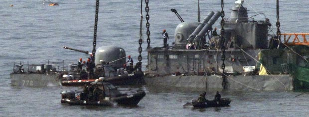 Operários com guindaste tentam resgatar o navio sul-coreano cheonan, próximo à Ilha Baengnyeong, nesta quinta-feira (12). A Coreia do Sul começou a resgatar seu navio de guerra, três semanas após ele ter naufragado vítima de uma misteriosa explosão. Pode