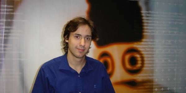 O jornalista recém-formado Theo Ruprecht, na redação do Profissão Repórter