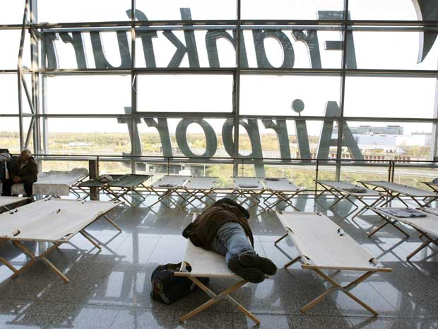 Passageiros dormem no aeroporto de Frankfurt, na Alemanha