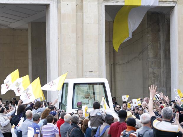 Papa acena para fiéis do papamóvel em Valetta, Malta