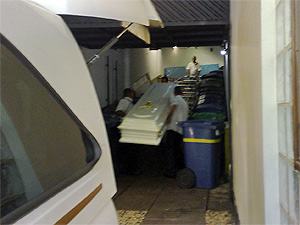 Caixão branco chega ao hospital