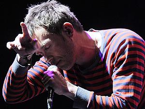 Damon Albarn canta em show do Gorillaz no festival Coachella 2010.