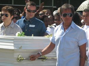 Roberto Carlos carregando caixão