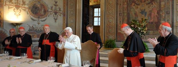 O papa Bento XVI cercado de cardeais durante a celebração desta segunda-feira (19).