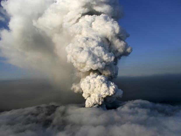 Cinzas e vapor erguem-se do vulcão na geleira Eyjafjallajokull nesta segunda-feira (19) na Islândia.