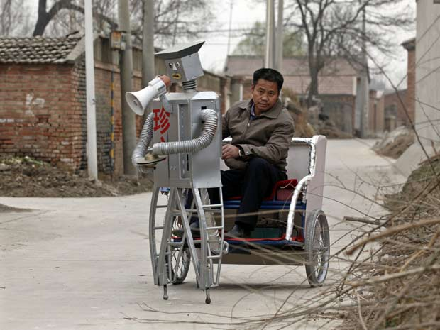 Inventor chinês mostra uma de suas criações.