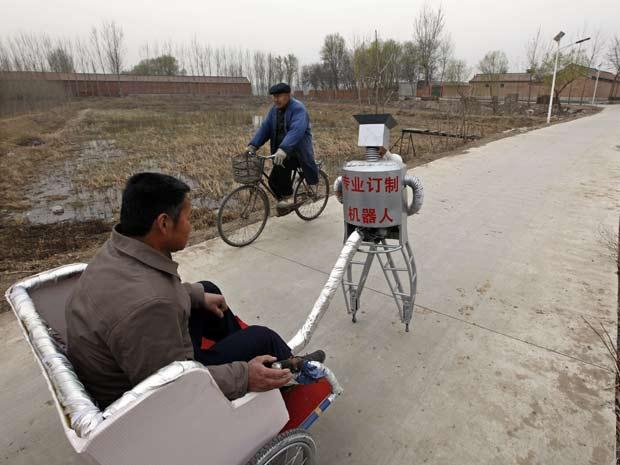 Wu Yulu opera um de seus robôs próximo a Pequim.