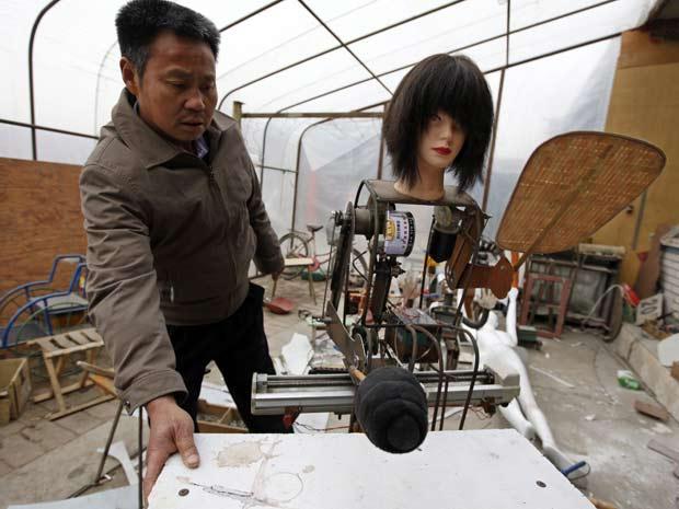 Wu Yulu ajusta robô que faz massagem.