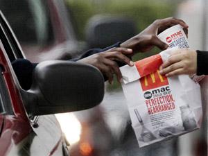 Cliente compra refeição no McDonald's em Chicago, nos EUA