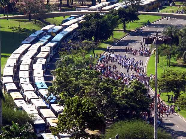 Ônibus que levaram fiéis para o evento religioso na Enseada  de Botafogo: trânsito deu nó na cidade