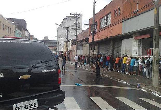 Menores são revistados durante  operação da polícia na  Cracolândia