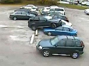 Carro avança barra de estacionamento