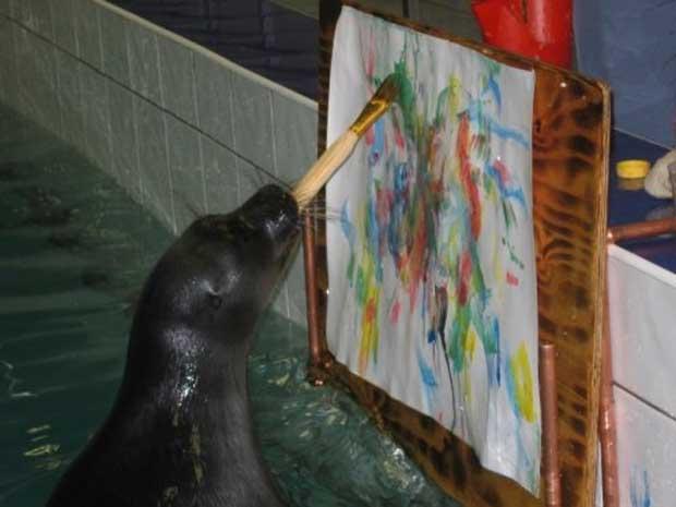 Tito sabe pintar quadros com guache