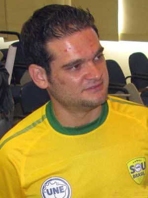 Augusto Chagas, presidente da UNE, debate política sem descuidar do cabelo.