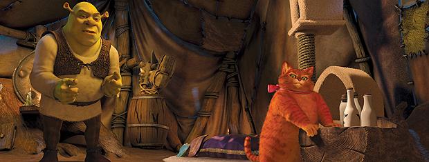 Cena de 'Shrek para sempre': ogro verde fica surpreso com Gato de Botas gordo.
