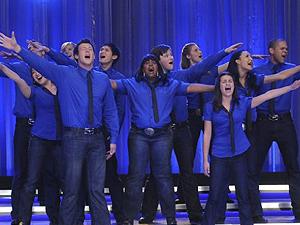 Elenco de 'Glee' canta em cena da série, exibida no Brasil pelo canal de TV a cabo Fox.