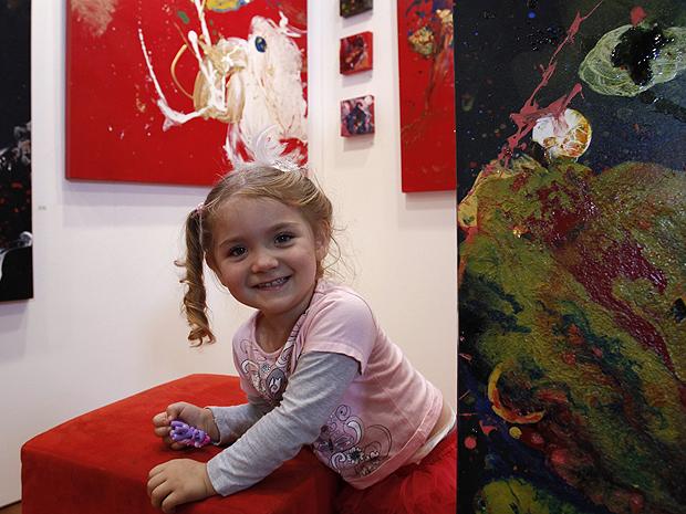 Aos 3 anos, a menina australiana Aelita Andre já vende  quadros a preços que se equiparam aos cobrados por pintores experientes.  Uma mostra sediada em Melbourne, na Austrália, exibe obras da garota,  que tem quadros em coleções espalhadas por Europa, Ásia e
