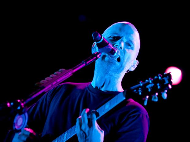 Moby, um dos nomes mais famosos da música eletrônica, toca  guitarra em show em SP.