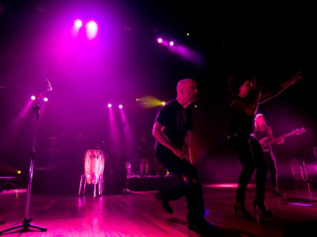 Ao lado de cantora e de baixista, o músico Moby anima público  da apresentação.