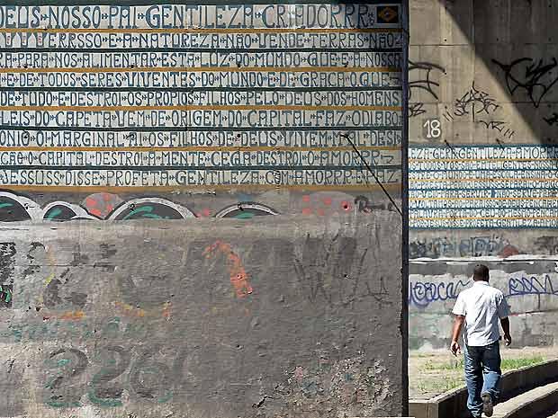 Murais do Profeta Gentileza nas pilastras do Viaduto do Caju, no Rio, que serão restaurados