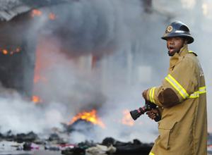 Fogo destrói camelódromo no Rio (AP)