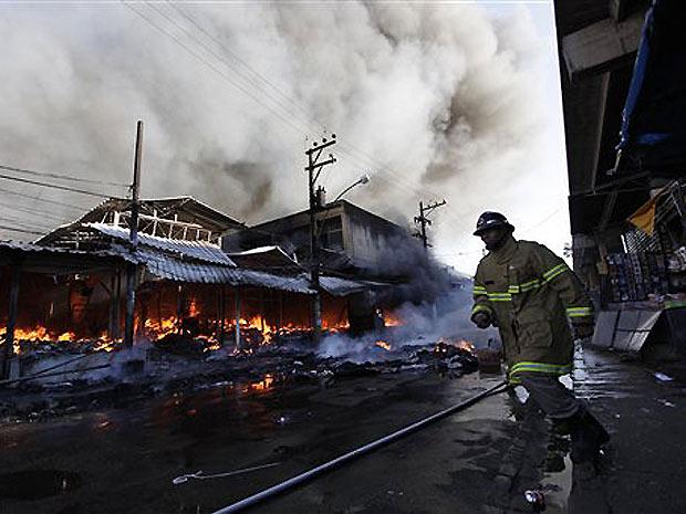 Bombeiros combate fogo em camelódromo no Centro do Rio