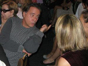 Tony Ramos conversa com atrizes após apresentação