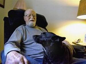Makris posa com seu cão, Ebonyser