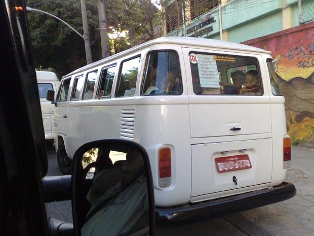 Crianças são levadas para escola em cima do motor de veículo