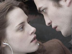 Kristen Stewart e Robert Pattinson durante cena de 'Crepúsculo', primeiro filme da saga