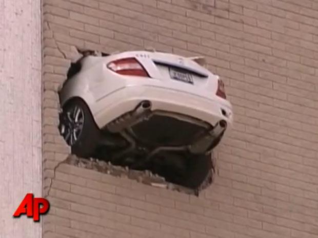 Mercedes ficou presa na parede do sétimo andar do prédio do Banco da América.