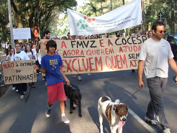 Um protesto contra o fechamento de um canil dentro do campus da Universidade de São Paulo (USP) mobilizou cerca de 100 pessoas na tarde desta sexta-feira (30) na Cidade Universitária, Zona Oeste de São Paulo.