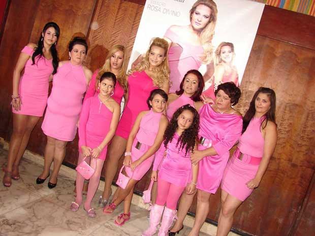Geisy Arruda apresentou vestidos justos e na cor rosa